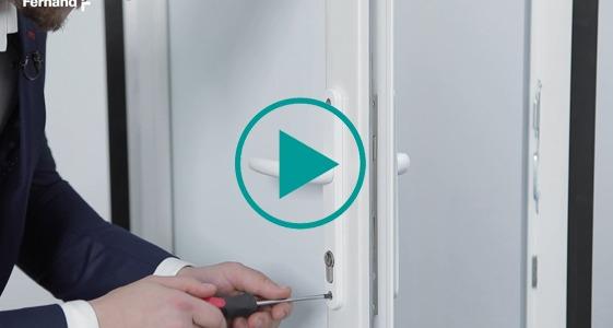 Cum instalez o broasca incorporata intr-o usa de PVC?